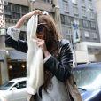 Amanda Bynes sort de chez elle le 25 mai 2013 à New York. La star qui porte une perruque se cache le visage.