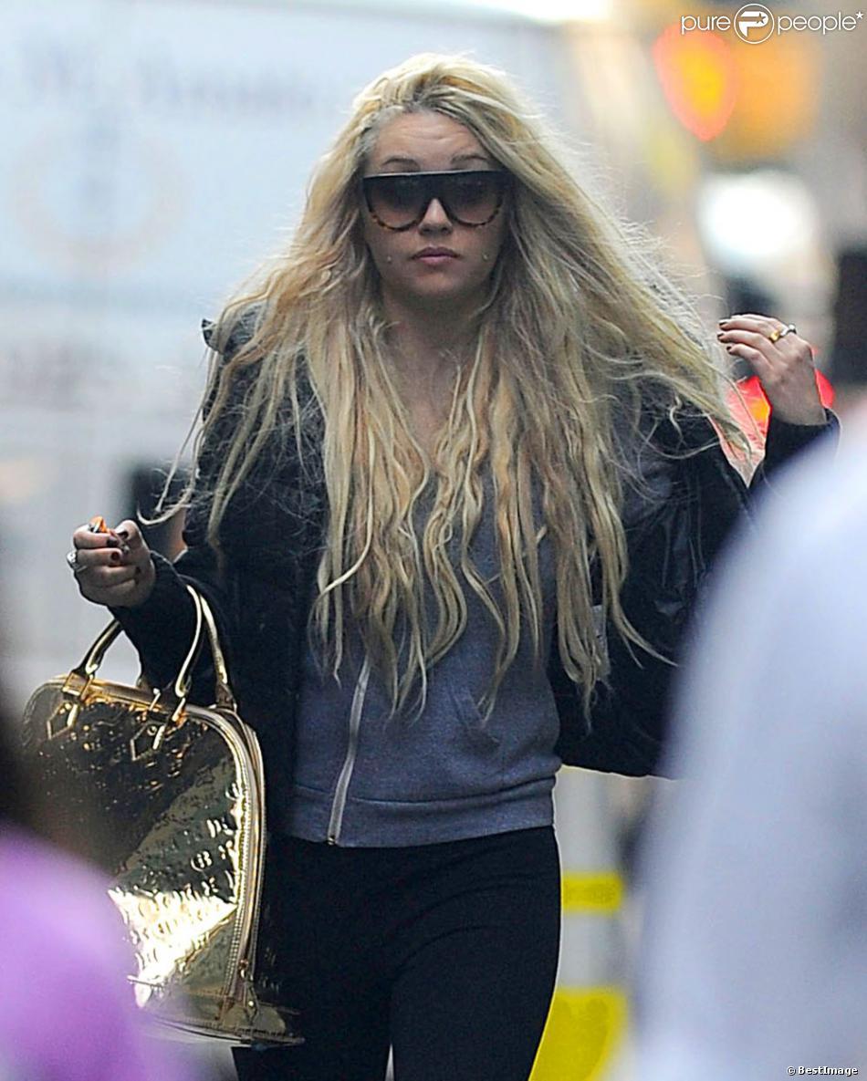 Amanda Bynes dans les rues de New York avec une drôle de cigarette à la main. Le 8 avril 2013.