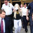 Amanda Bynes, une perruque sur la tête, sort du tribunal de Manhattan le 24 mai 2013.