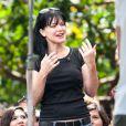 """Pauley Perrette très souriante sur le plateau de l'émission """"Extra"""" à Los Angeles, le 28 mai 2013"""