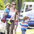 Les photos de la discorde. Denise Richards et sa fille Sam Sheen accompagnent les jumeaux de Charlie Sheen et Brooke Mueller à leur école à Los Angeles. Le 22 mai 2013