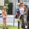 Denise Richards et sa fille Sam Sheen accompagnent les jumeaux de Charlie Sheen et Brooke Mueller à leur école à Los Angeles. Le 22 mai 2013