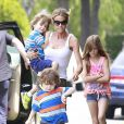 Les photos de la discorde. L'actrice Denise Richards et sa fille Sam Sheen accompagnent les jumeaux de Charlie Sheen et Brooke Mueller à leur école à Los Angeles. Le 22 mai 2013