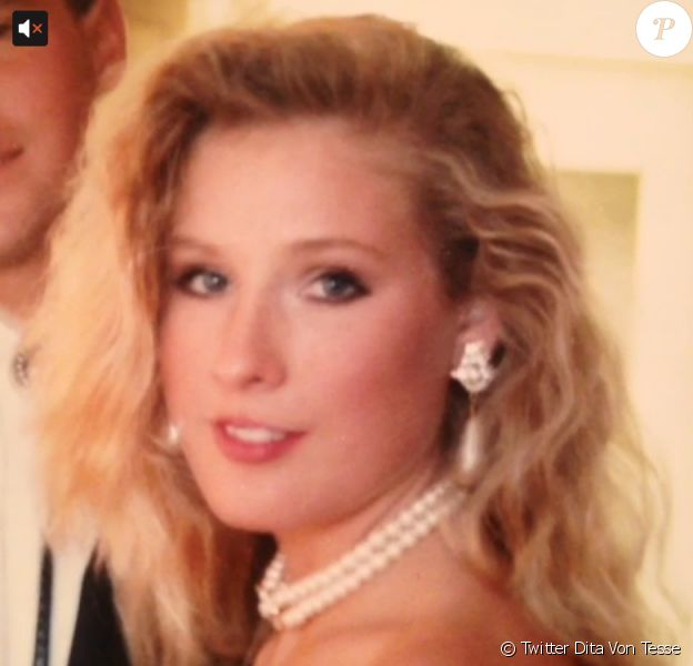 La belle Dita Von Teese a posté sur le réseau social Twitter des photos d'elle blonde datant des années 1990.