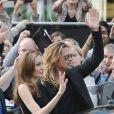 Brad Pitt et Angelina Jolie saluent les fans à la première mondiale de World War Z, à l'Empire Leicester Square, Londres, le 2 juin 2013.
