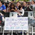 Les fans soutiennent Angelina Jolie à la première mondiale de World War Z, à l'Empire Leicester Square, Londres, le 2 juin 2013.
