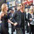 Angelina Jolie, Brad Pitt amoureux et main dans la main à la première mondiale de World War Z, à l'Empire Leicester Square, Londres, le 2 juin 2013.