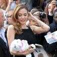 Angelina Jolie avec un nounours offert par un fan à la première mondiale de World War Z, à l'Empire Leicester Square, Londres, le 2 juin 2013.