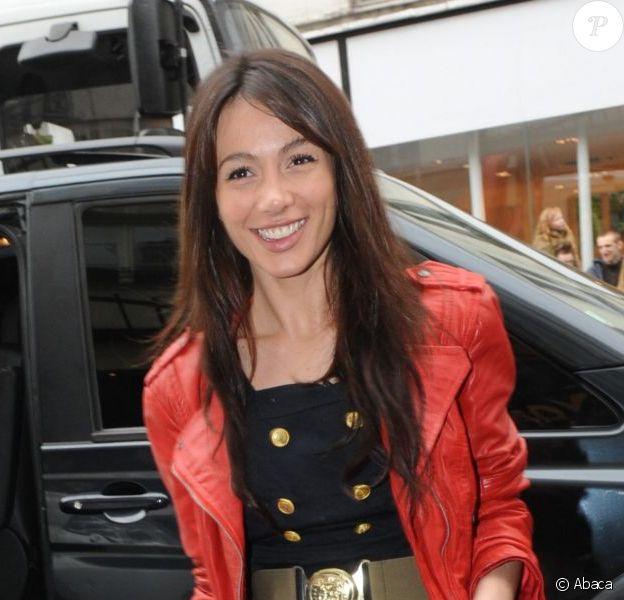 Alexandra pose devant le Barrio Latino avant de rencontrer les fans de Carré Viiip à Paris en mars 2011