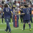 Carles Puyol et Xavi remettent un maillot à Eric Abidal pour son dernier match au Camp Nou le 1er juin 2013.