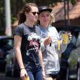 Exclusif - Kristen Stewart look décontracte avec une amie à Los Feliz, le 7 juin 2013.