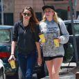 Exclusif - Kristen Stewart en pleine discussion avec une amie dans les rues de Los Feliz, le 7 juin 2013.