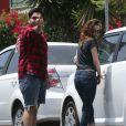 Exclusif - Kristen Stewart et le doigt d'honneur d'un ami à un paparazzi à Los Feliz, le 7 juin 2013.