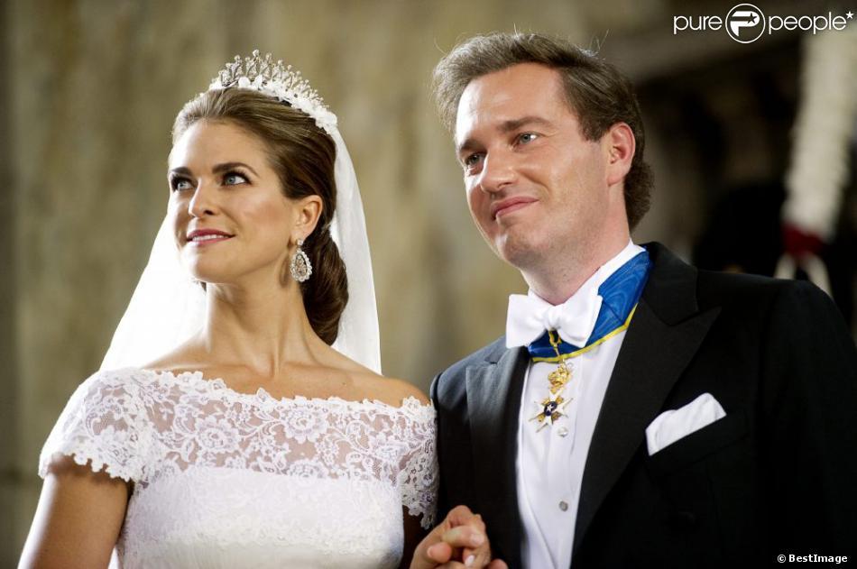 La princesse Madeleine de Suède, vêtue d'une robe signée Valentino, et Chris O'Neill, lors de leur mariage le 8 juin 2013 à Stockholm. Après la cérémonie dans la chapelle du palais royal, les jeunes mariés ont emprunté une calèche pour se rendre à Riddarholmen et embarquer pour Drottningholm, résidence royale où se tenait la réception.