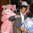 """Christophe Beaugrand déguisé en cochon avec Laurent Gerra et sa compagne Christelle à la soirée """"La charcuterie fait son show"""" au Chalet du Lac à Paris le 10 juin 2013."""