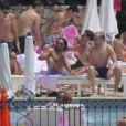 Jay Rutland, futur mari de Tamara Ecclestone, profite du soleil de la Côte d'Azur en compagnie de ses amis au Grand Hôtel du Cap Ferrat le jour de son mariage, le 11 juin 2013