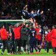 Les joueurs du Paris Saint-Germain fêtent le dernier match de David Beckham au Parc des Princes. Paris, le 18 mai 2013.
