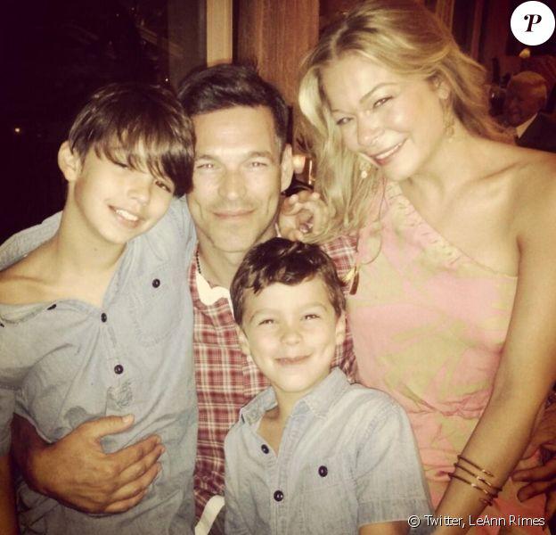 LeAnn Rimes a posté sur son compte Twitter des photos de ses moments de détente à la plage avec son mari Eddie Cibrian et les enfants de ce dernier. Photo prise près de Los Angeles. Juin 2013.