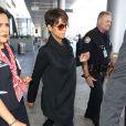 Halle Berry, enceinte, arrive à l'aéroport de Los Angeles en provenance de Paris, le 17 Juin 2013.