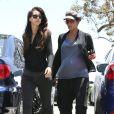 """Halle Berry, enceinte, déjeune avec une amie au restaurant """"Chin Chin"""" dans le quartier de West Hollywood à Los Angeles, le 18 juin 2013."""
