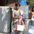 L'actrice Halle Berry, enceinte, à la sortie d'une réunion parents/professeurs à l'école de sa fille Nahla à Los Angeles, le 20 Juin 2013. Elle en ressort avec des oeuvres de sa fille. Le 20 juin 2013 à Los Angeles.