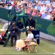 Grigor Dimitrov imite sa compagne Maria Sharapova, le 20 juin 2013 au tournoi de The Boodle à Londres, sous les yeux de Novak Djokovic