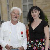 Hugues Aufray : Chevalier ému et décontracté au côté de sa compagne