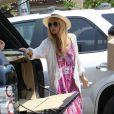 Rachel Zoe charge ses courses dans son 4*4 Range Rover. Los Angeles, le 5 juillet 2013.