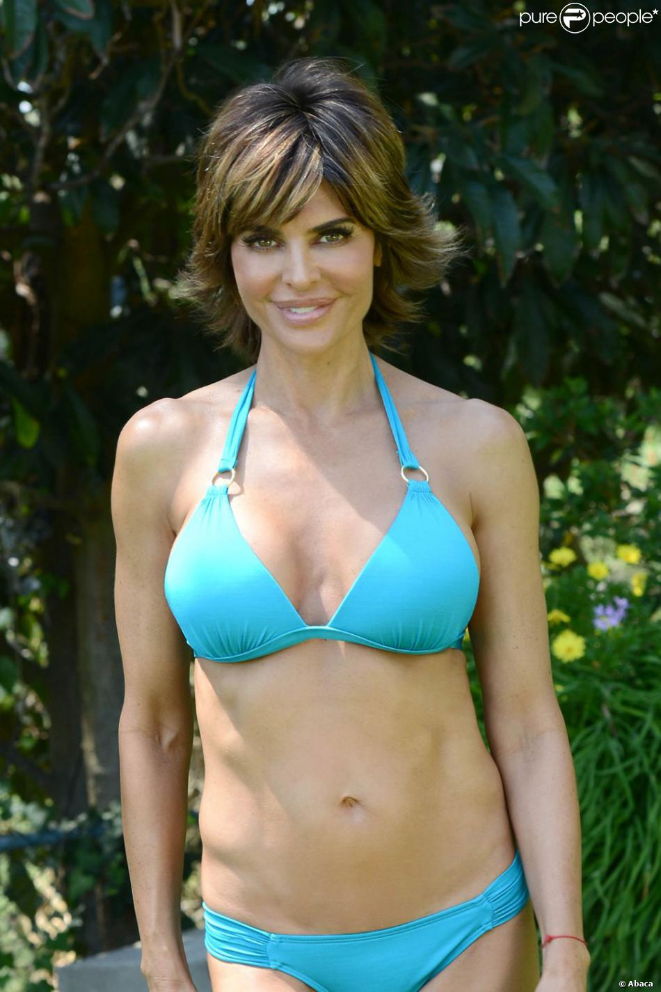 Lisa Rinna ultrasexy dans son bikini bleu à une poop party, à Beverly Hills, le 5 juillet 2013