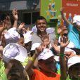 Jo-Wilfried Tsonga inaugurait le Village Kinder le 8 juillet 2013 à  Temple-sur-Lot au milieu des enfants