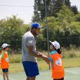 Jo-Wilfried Tsonga, professeur de tennis d'un jour au Village Kinder à Temple-sur-Lot le 8 juillet 2013