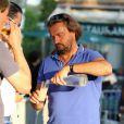 Henri Leconte au ravitaillement lors du tournoi de pétanque organisé à l'occasion de la 3ème édition du Classic Tennis Tour, sur la place des Lices à Saint-Tropez le 11 juillet 2013