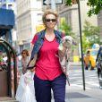 Exclusif - L'actrice Jane Lynch se promène avec sa chienne Olivia, à New York, le 12 juillet 2013.
