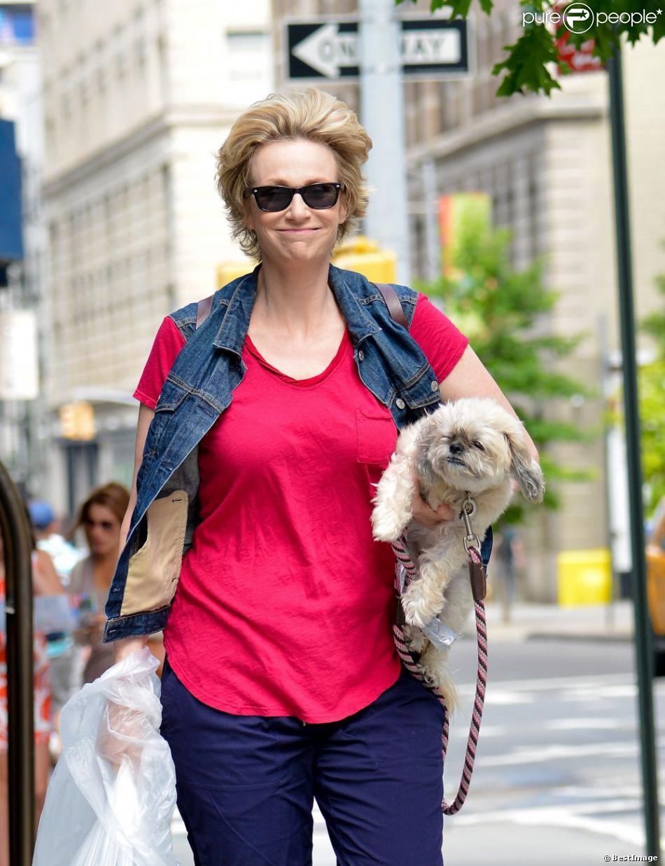 Exclusif - Jane Lynch se promène avec sa chienne Olivia, à New York, le 12 juillet 2013.