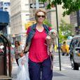 Exclusif - Jane Lynch se promène avec sa fidèle chienne Olivia, a New York, le 12 juillet 2013.