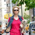 Exclusif - Jane Lynch se promène avec sa chienne Olivia, dans les rues de New York, le 12 juillet 2013.