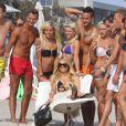 """Paris Hilton est la nouvelle marraine des Ch'tis. Ici en plein shooting sur une plage de Malibu pour les besoins de l'émission """"Les Ch'tis Hollywood"""", le 19 juillet 2013."""