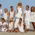 """Paris Hilton et ses nouveaux amis les Ch'tis en plein shooting sur une plage de Malibu pour les besoins de l'émission """"Les Ch'tis Hollywood"""", le 19 juillet 2013."""