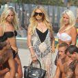"""Paris Hilton et les Ch'tis sur une plage de Malibu pour les besoins de l'émission """"Les Ch'tis Hollywood"""", le 19 juillet 2013."""