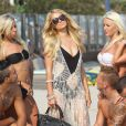 """Paris Hilton et les Ch'tis en plein shooting sur une plage de Malibu pour les besoins de l'émission """"Les Ch'tis Hollywood"""", le 19 juillet 2013."""