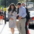 Des sosies de Kate Middleton et du prince William jouant la scène de l'arrivée à la maternité de la duchesse de Cambridge, le 19 juillet 2013. Un peu en avance sur l'intéressée, admise au matin du 22.