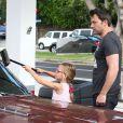 """Ben Affleck apprend à sa fille Violet comment laver le pare-brise de leur voiture à Brentwood, le 23 juillet 2013. Une séquence de """"car-wash"""" adorable"""