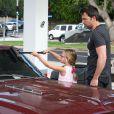 Ben Affleck apprend à sa fille Violet comment laver le pare-brise de leur voiture à Brentwood, le 23 juillet 2013.
