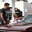 Ben Affleck apprend à sa fille Violet, 6 ans, comment laver le pare-brise de leur voiture à Brentwood, le 23 juillet 2013.