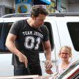 Ben Affleck apprend à sa fille, l'adorable Violet comment laver le pare-brise de leur voiture à Brentwood, le 23 juillet 2013.