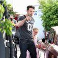 Le comédien Ben Affleck apprend à sa fille Violet comment laver le pare-brise de leur voiture à Brentwood, le 23 juillet 2013.
