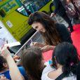 Elizabeth Chambers signe des autographes à l'avant-première de Lone Ranger à Paris, le 24 juillet 2013.