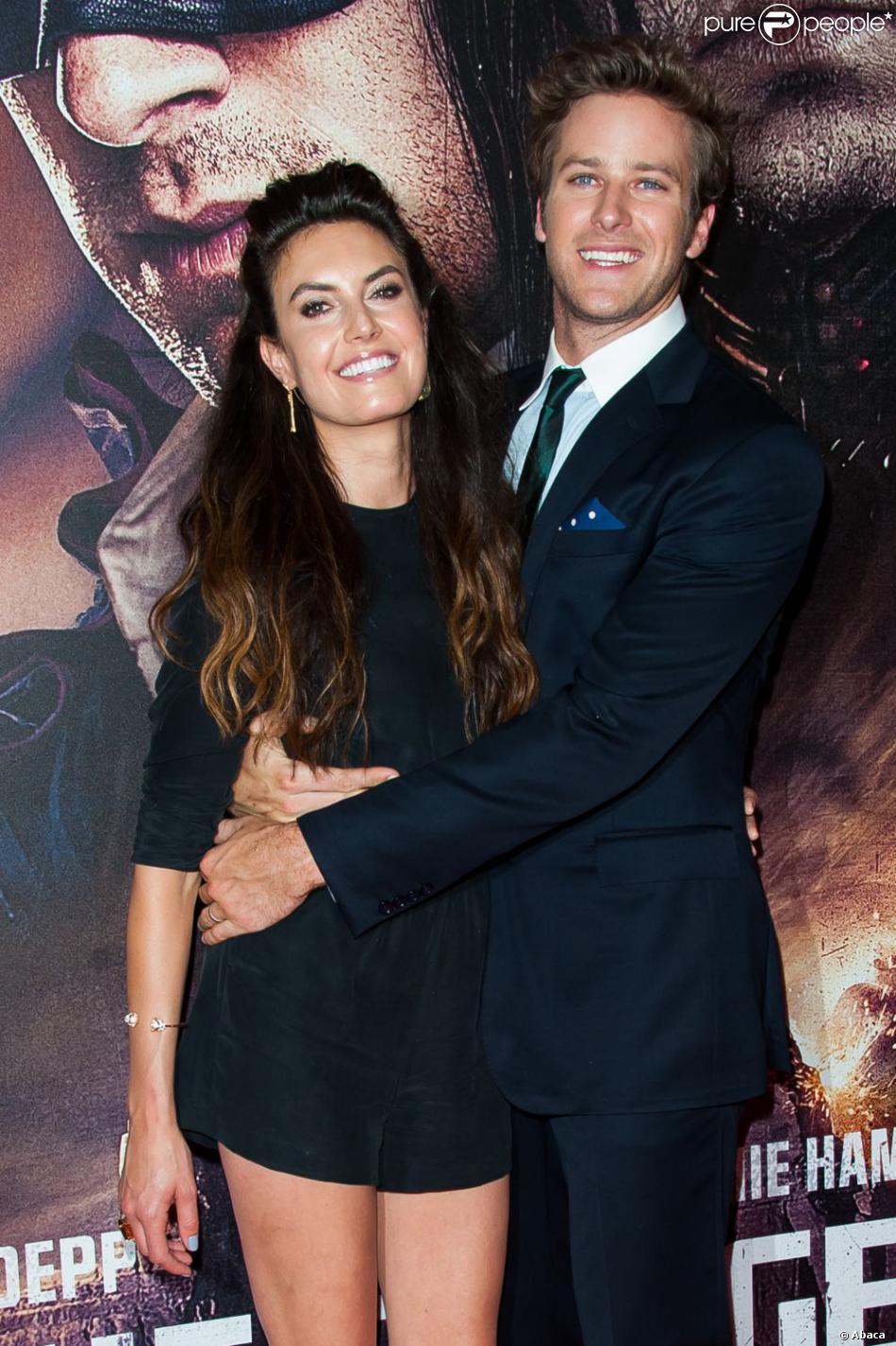 Armie Hammer, tendre amoureux très tactile auprès de sa femme Elizabeth Chambers à l'avant-première de Lone Ranger à Paris, le 24 juillet 2013.