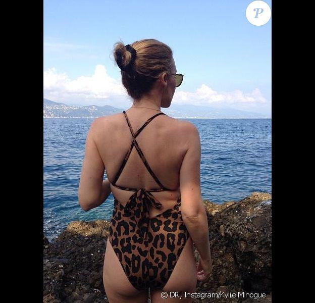 La chanteuse Kylie Minogue s'affiche en maillot de bain léopard sur Instagram le juillet le 24 juillet 2013.