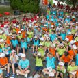 Tony Estanguet au milieu des nombreux enfants lors de sa visite au Village Kinder, le 23 juillet 2013
